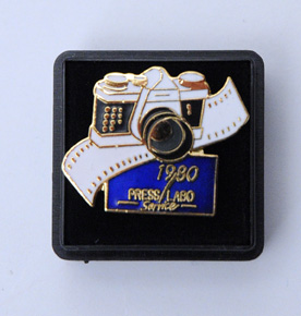 Press labo service Pin's 1980